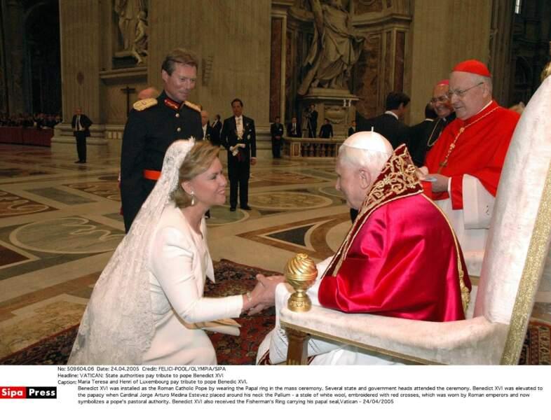 La grande duchesse Maria Teresa du Luxembourg en blanc face au pape