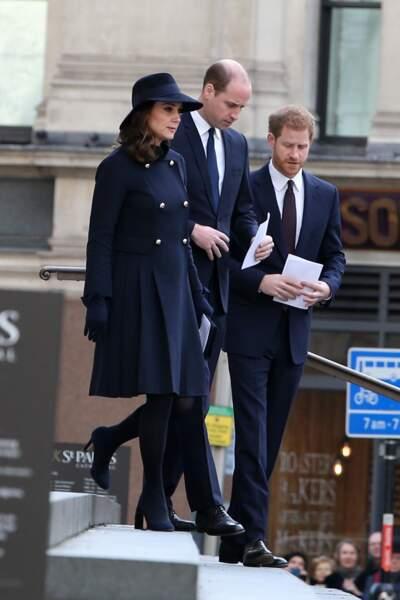 Kate Middleton, William et Harry, tous les trois sobrement habillés