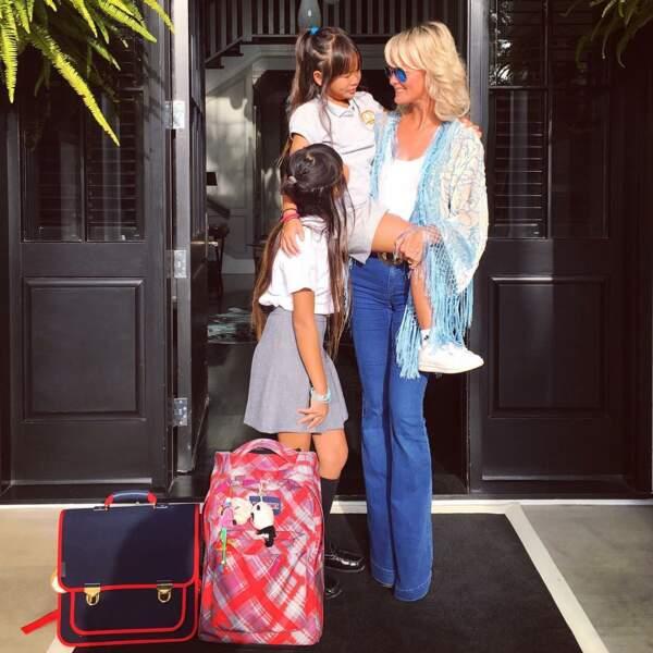 Laeticia Hallyday en kimono à franges et jean flare, avec Jade et Joy à Los Angeles en septembre 2016