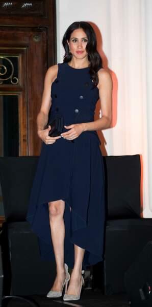 Robe sombres et escarpins nude, voilà le combo de Meghan Markle pour un look moderne.