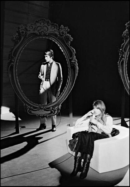 Jacques Dutronc et Françoise Hardy donne un concert à la télévision, en 1967.