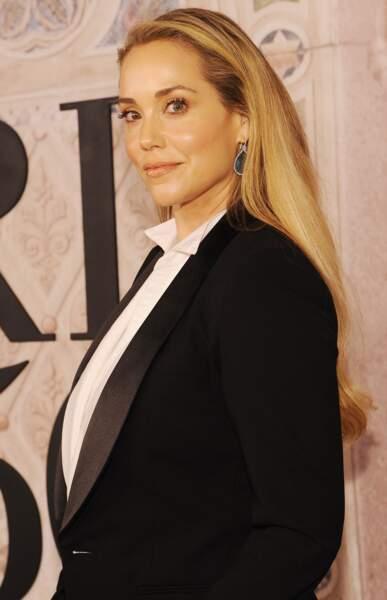 Elizabeth Berkley en costume noir et chemise blanche