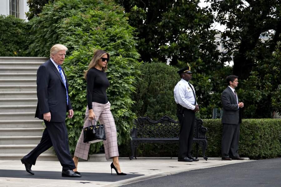 Melania Trump, en pantacourt Valentino et sac à main Birkin d'Hermès, le 5 juillet 2017 à Washington