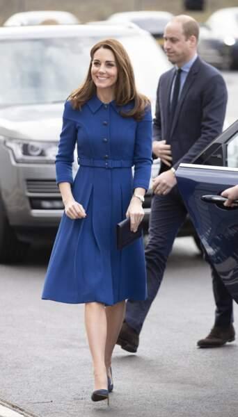 Kate Middleton radieuse dans une robe bleue roi très élégante