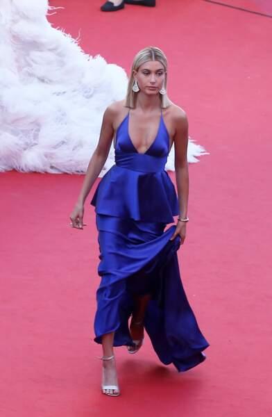 joli décolleté et cheveux parfaitement lissés pour l'ouverture de Cannes