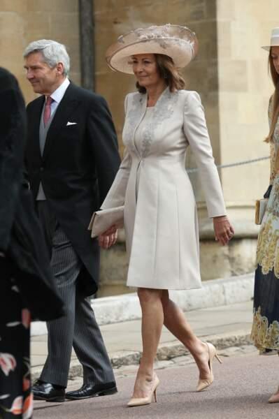 Carole Middleton, élégante dans un manteau blanc brodé au mariage de Gabriella Windsor, le 18 mai 2019