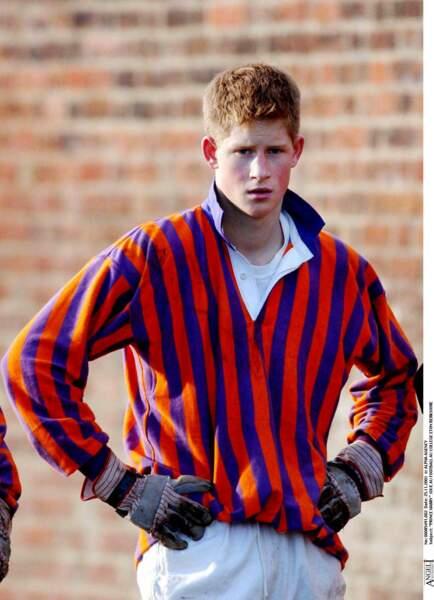 Le prince Harry joue au football au collège Eton en 2001