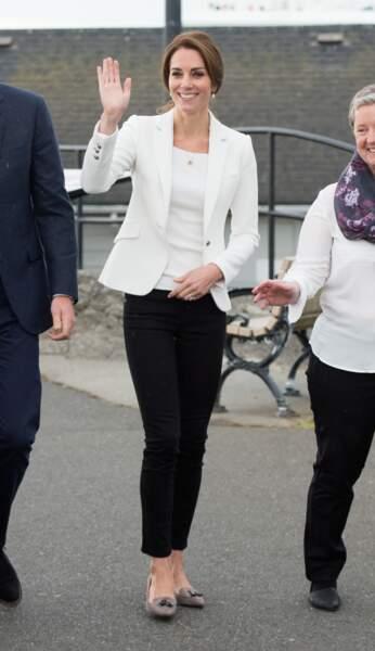 Princesse Kate lors de sa visite du Cridge Center, so chic en blazer blanc