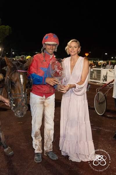 Charlène de Monaco remet le trophée au jockey vainqueur Stéphane Cingland