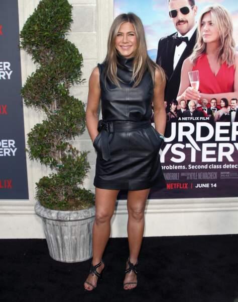 Jennifer Aniston ose la robe courte en cuir et les sandales ouvertes