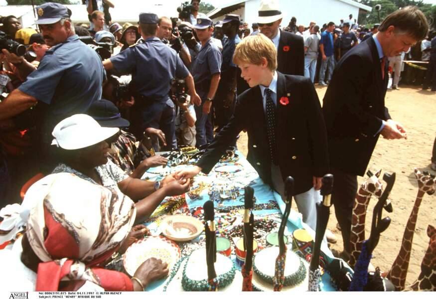 Harry visite un village lors d'un voyage en Afrique du Sud après le décès de sa mère Lady Diana, en 1997