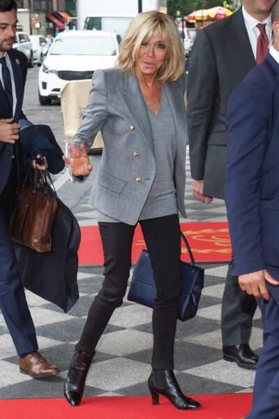 Brigitte Macron, très chic dans une tenue noir et gris