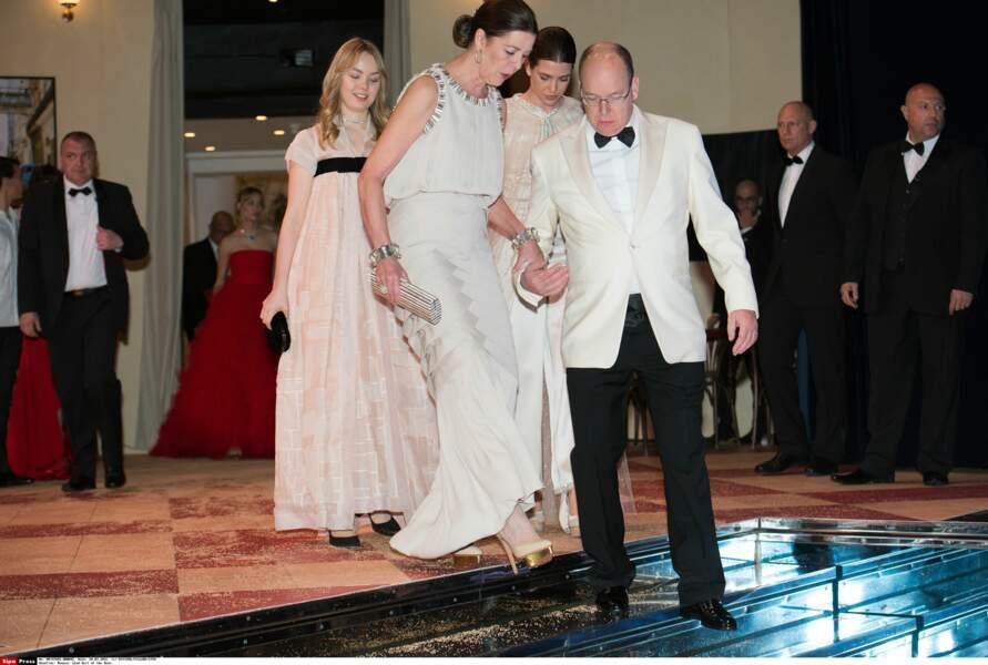 Le prince Albert II de Monaco aide sa soeur Caroline de Monaco à faire ses premiers pas sur le dancefloor