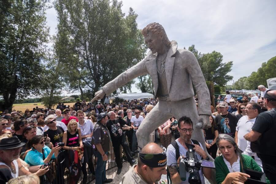 La statue de Johnny Hallyday a été inaugurée devant 2 000 fans du chanteur