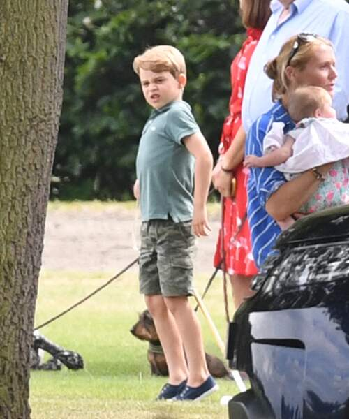 Le prince George s'amuse non loin de sa soeur la princesse Charlotte