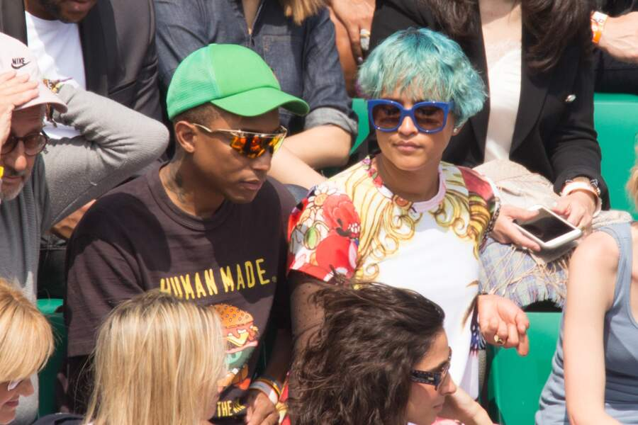 Pharrell Williams admire un match de tennis