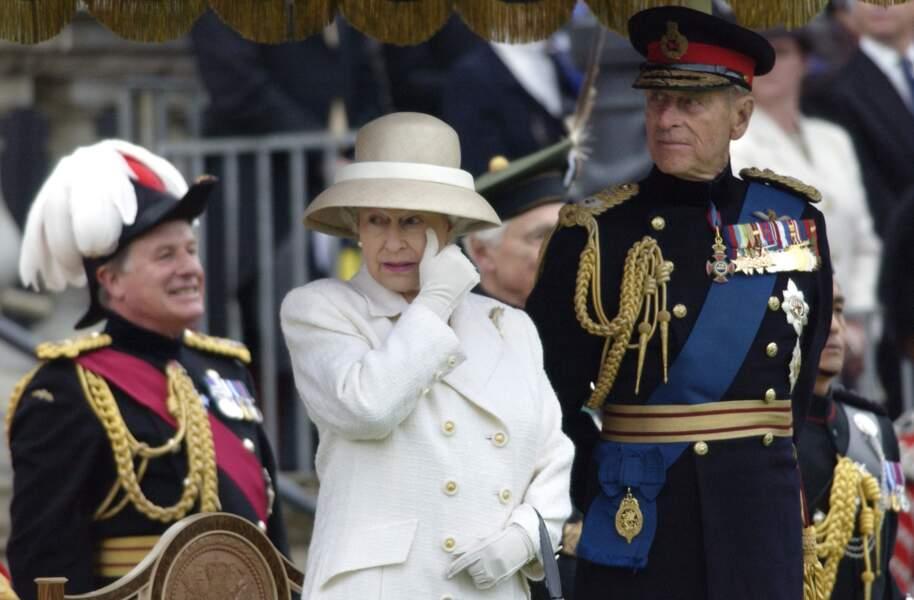 Elizabeth II essuie une larme lors d'un défilé durant son jubilé d'or, le 5 juillet 2002