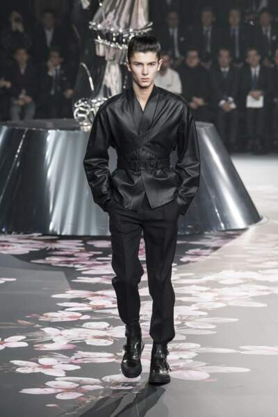 Le prince Nikolai de Danemark défilant pour Dior à Tokyo en novembre 2018