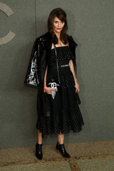 Helena Christensen rock en robe à pois et perfecto en cuir chez Chanel