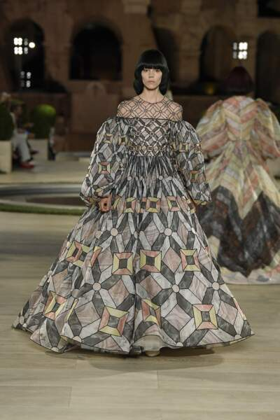 Robes XXL et tenues sophistiquées : Fendi a rendu un hommage saisissant à Karl Lagerfeld à Rome.