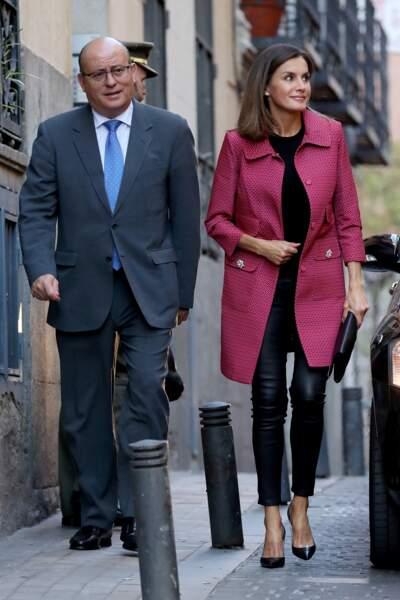 A Madrid, Letizia d'Espagne opte pour une tenue fantaisie où rose et slim en cuir changent les codes du protocole.