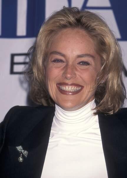 Tout sourire, en 1996, c'est la coupe du moment qu'a choisi Sharon Stone