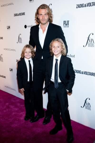 Les deux petits Kroenig, Jameson et Hudson posent avec leur papa, Brad Kroening