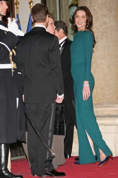 Carla Bruni en mars 2010 sur le parvis de l'Elysée démocratise la silhouette moulante Roland Mouret