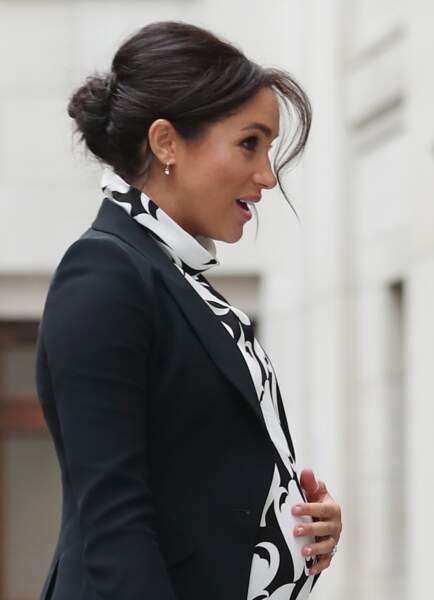 Meghan Markle avec son fameux chignon flou, placé plus haut sur la tête  le 8 mars 2019