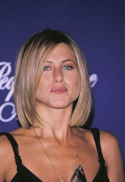 Jennifer Aniston adopte le carré court et les racines foncées