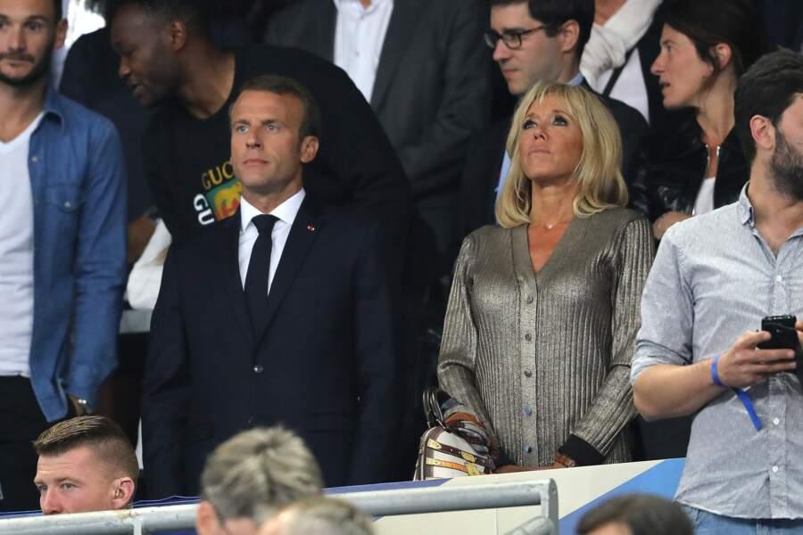 Un air de Marseillaise ? Brigitte Macron se tient aux côtés du Président pour les moments forts du match.