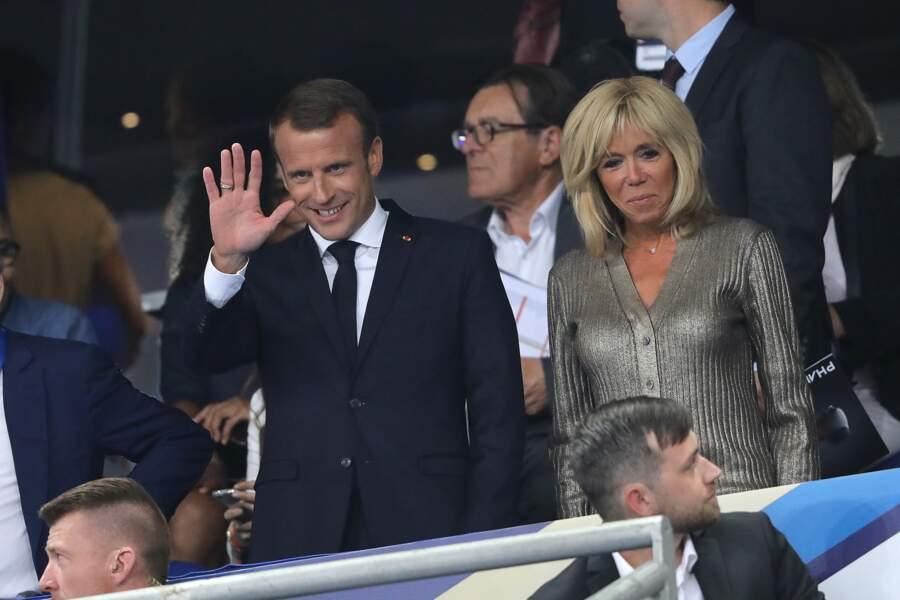 Le couple présidentiel, moderne et stylé, salue lors du match des Bleus.