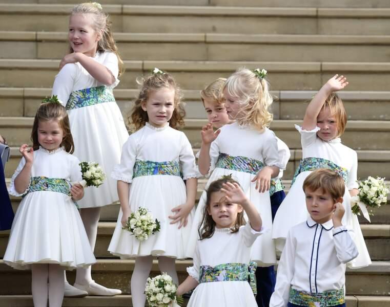 Sous un vent virulent, ils posent tous ensemble avant d'entrer dans la chapelle