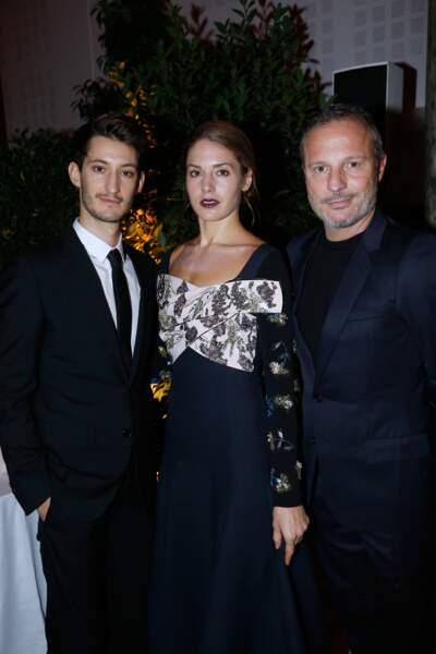 Pierre Niney pose avec Natasha, Arielle de Rotschild et Mathilde Favier