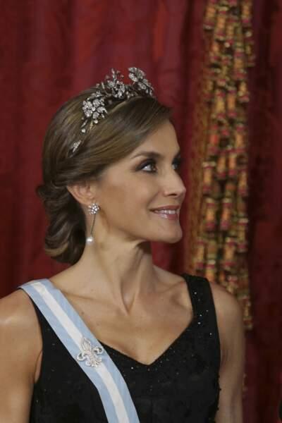 Diadème et chignon bas pour la reine Letizia d'Espagne