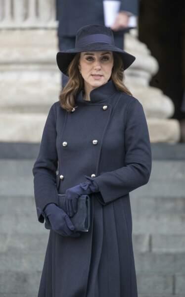 Kate Middleton, très enceinte en manteau, chapeau et gant sobres pour rendre hommage aux victimes