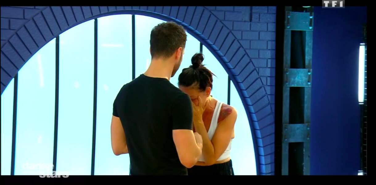 Lio dans les bras de son partenaire de danse