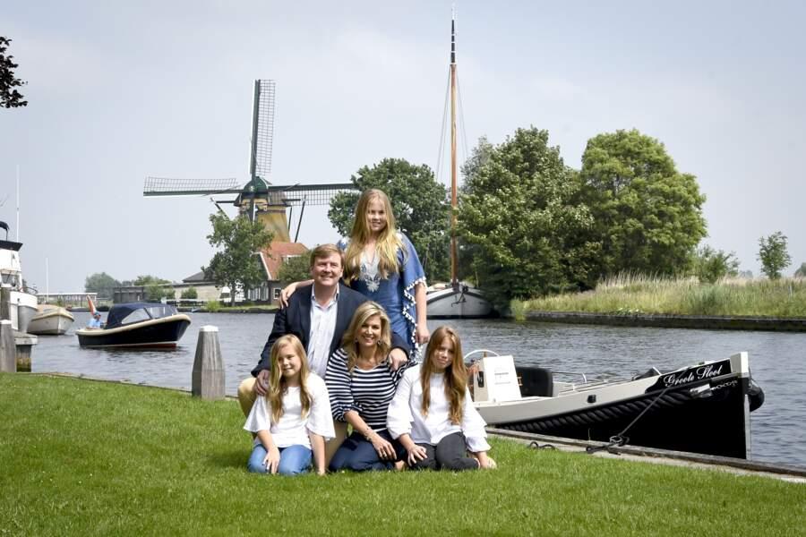 Le roi Willem Alexander et la reine Maxima posent avec leurs trois filles Amalia, Ariane et Alexia