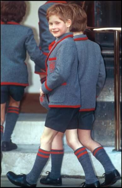 Le prince Harry en uniforme, arrive à l'école Wetherby dans le quartier de Notting Hill à Londres, en 1991