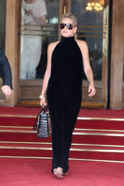 Sharon Stone en toute simplicité mais tellement élégante sort du Ritz