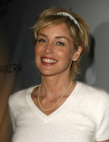 Pour une soirée de charité en 2007, son court et sa frange de côté sont sublimés par un serre tête de diamants