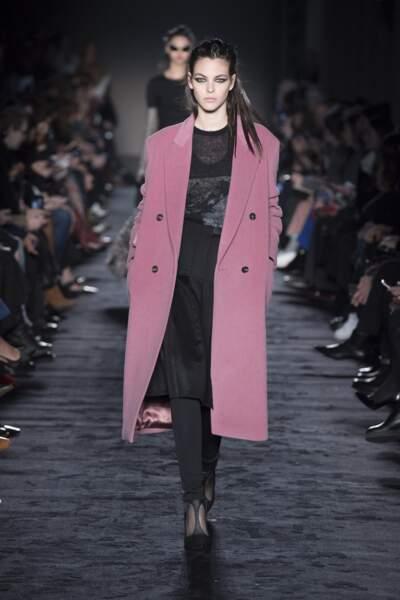 Mega manteau devient girly avec Max Mara.