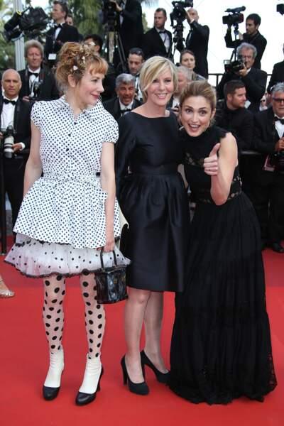 Au festival de Cannes, sur le tapis rouge Julie Gayet pétillante est entourée de Julie Depardieu et Camille Moreau