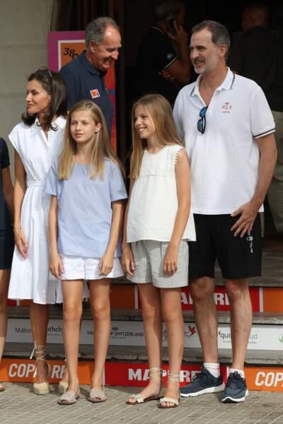 Short, robe blanche estival, espadrilles et baskets, la panoplie de vacances de la famille royale espagnole