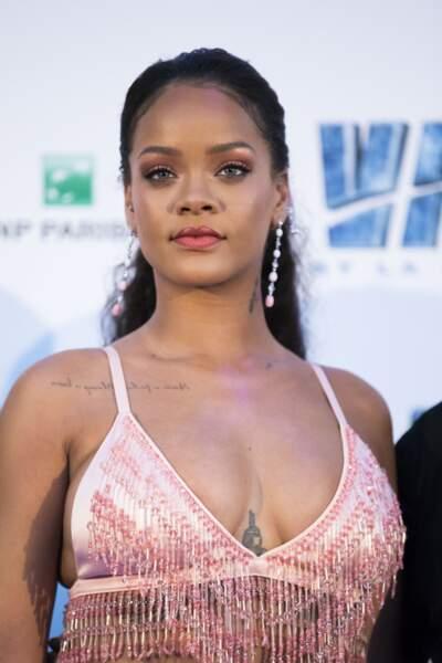 Rihanna dans sa brassière signée Prada affiche ses tatouages