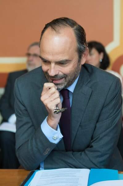 Le Premier ministre Édouard Philippe et ses boutons de manchette en forme de ... serpents ?