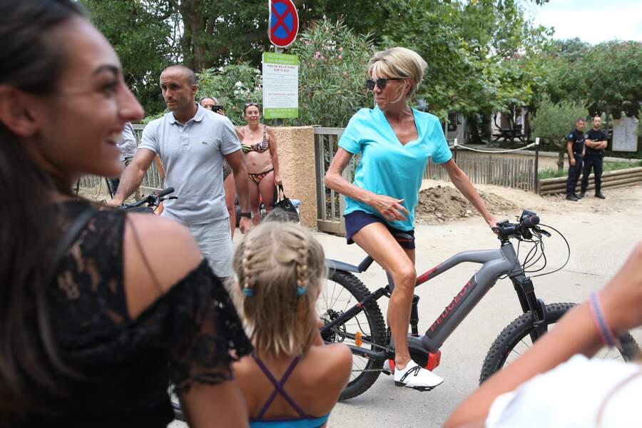 La première dame Brigitte Macron sort faire une balade à vélo accompagnée de deux gardes du corps au Fort de Brégan