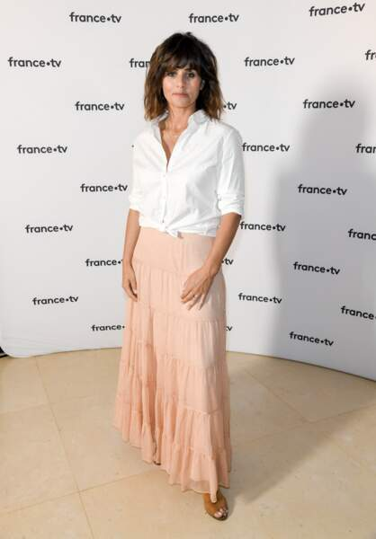 Faustine Bollaert, 40 ans, devenue animatrice télé star, a adopté le look romantique chic si tendance en 2019