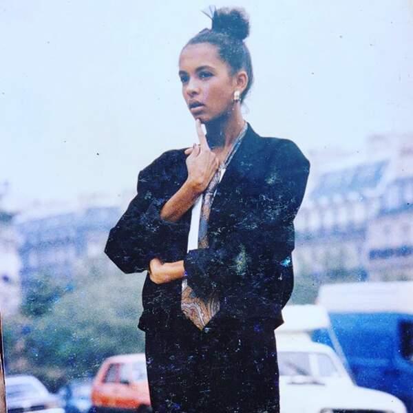 Karine Le Marchand entame une courte carrière dans le mannequinat à son arrivée à Paris, au milieu des années 80