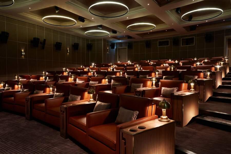 L'établissement possède aussi son propre cinéma privé doté de luxueux fauteuils en cuir